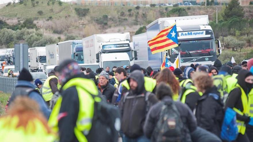 Corte de la autopista AP7 cerca de la frontera con Francia