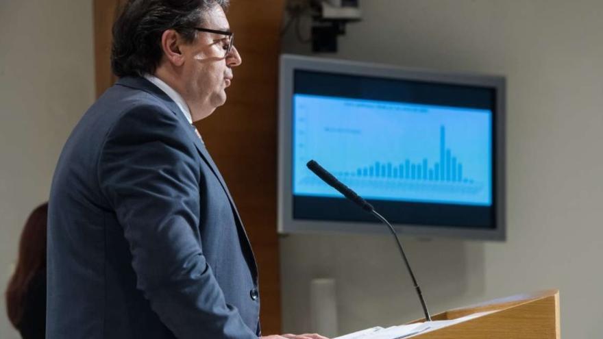 El vicepresidente segundo y consejero de Sanidad, José María Vergeles, en rueda de prensa. Al fondo la estadística que muestra que Extremadura ya ha pasado el pico del COVID 19