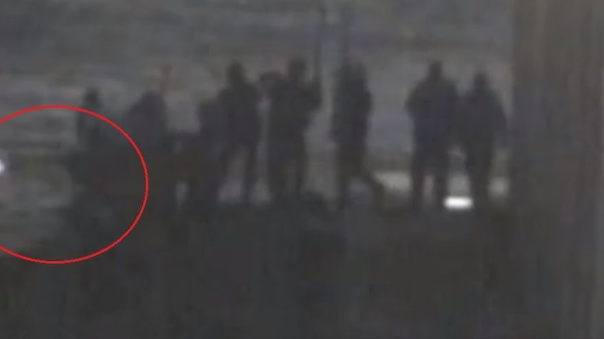 Las imágenes muestran cómo los agentes disparan hacia abajo, hacia aguas españolas, mientras varios inmigrantes nadaban por esa zona.