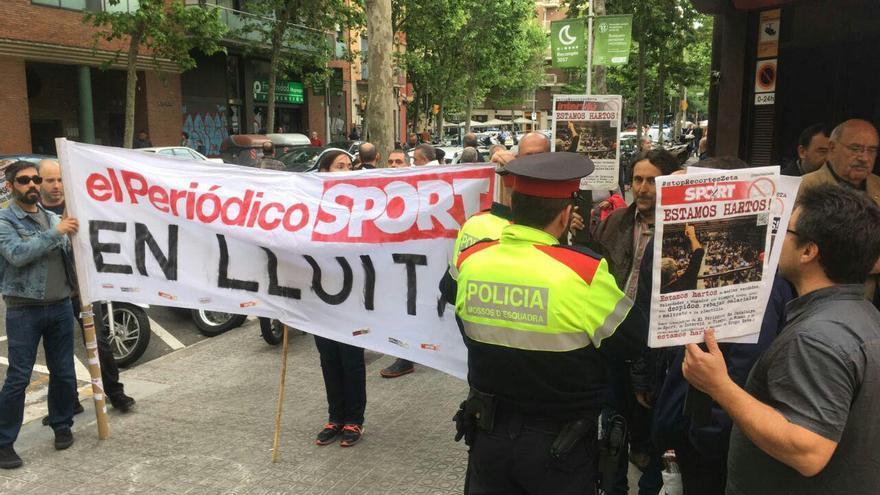 Los trabajadores de El Periódico y Sport han sacado su protesta a la calle  foto: comité de El Periódico