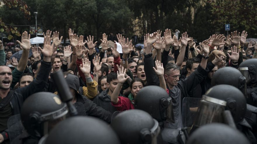 Descripción : People confronts Spanish riot police near a voting site at a school assigned to be a polling station by the Catalan government in Barcelona, Spain, Sunday, 1 Oct. 2017. Spanish riot police have forcefully removed and clashed with would-be voters in several polling stations in Barcelona.