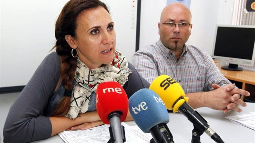 La secretaria general de la Comisión Española de Ayuda al Refugiado (CEAR), Estrella Galán, junto al Coordinador Territorial de CEAR en Canarias, Juan Carlos Lorenzo. EFE/Elvira Urquijo A.