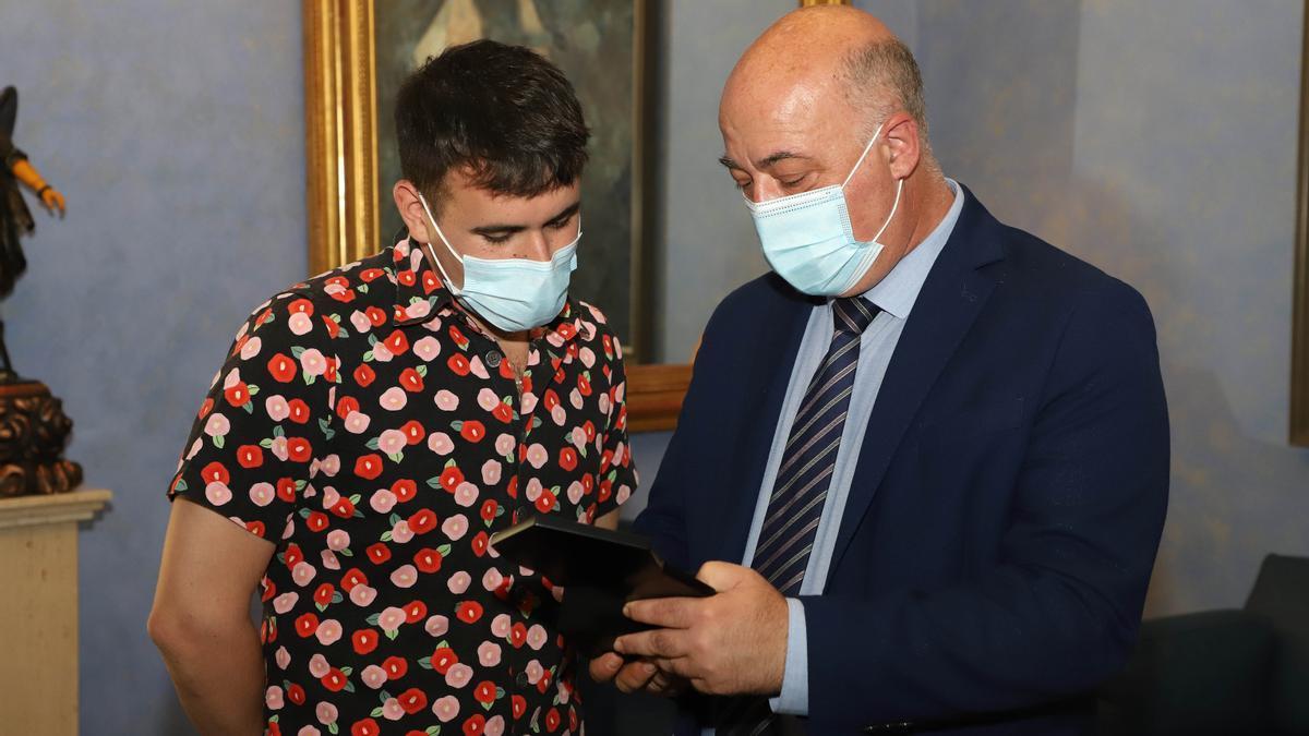 Palomo Spain recibe el galardón de manos del presidente de la Diputación