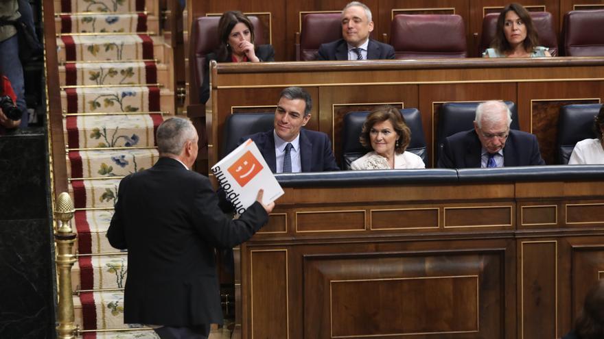 Joan Baldoví (Compromís) junto a Pedro Sánchez y Carmen Calvo, en el debate de investidura, Foto: Marta Jara