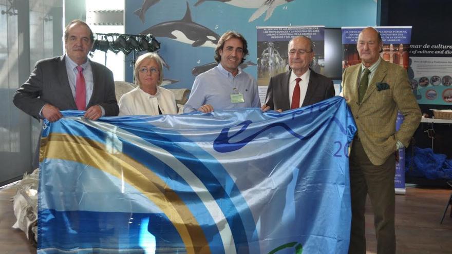 De izquierda a derecha: Rafael Apraiz Egaña, vicepresidente Ategrus; Teresa Porras Teruel, concejal de Playas de Málaga; Francisco Paz, alcalde de San Andrés y Sauces, Francisco de la Torre Prados, alcalde de Málaga, y Leonardo Lobato, miembro de honor de Ategrus.