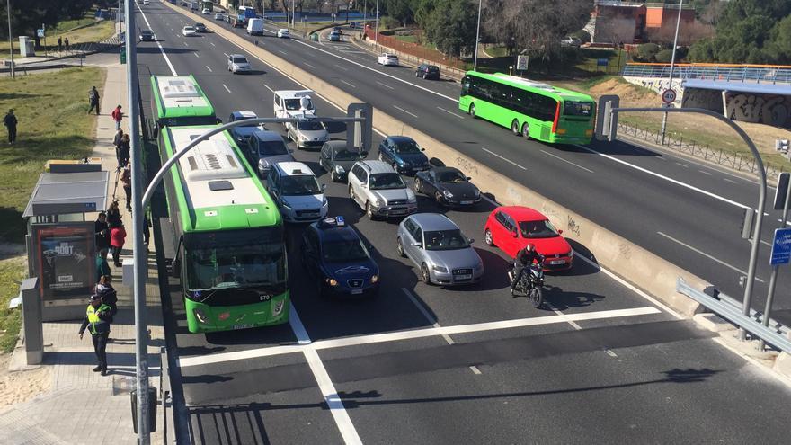 Semáforo en rojo en la carretera de Extremadura (A-5).