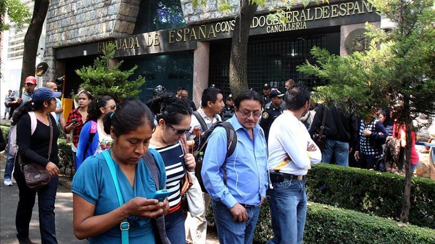Padres de 43 desaparecidos recorren embajadas para pedir ayuda internacional