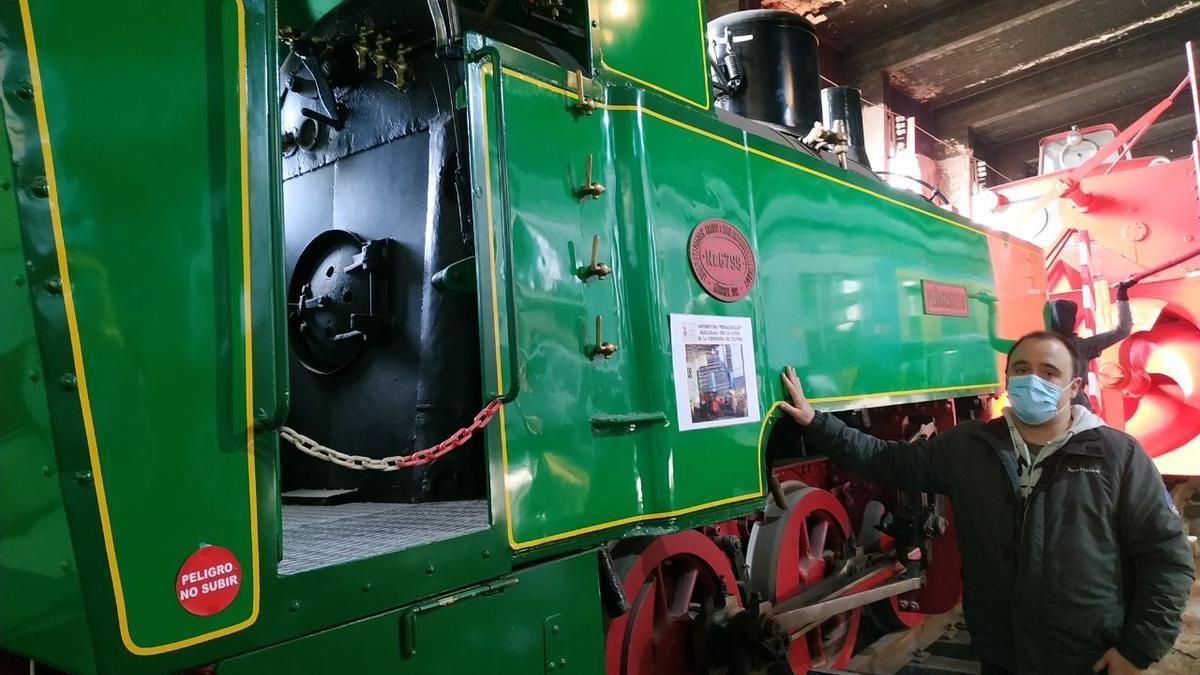 Cristian Suárez López, junto a una de las locomotoras del museo.