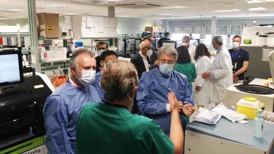 El presidente de Canarias, a la izquierda, durante su visita al Hospital Universitario Nuestra Señora de La Candelaria, en Tenerife