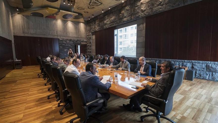 Reunión entre el Gobierno canario y la Fecam