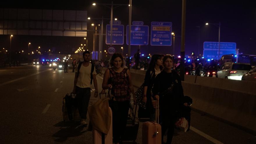 Turistas andando hacia Barcelona al término de las protestas en el aeropuerto