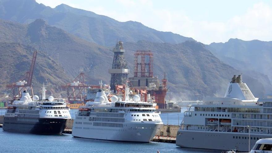 Tres buques de superlujo de la Silversea Cruises arribaron este lunes al puerto de la capital tinerfeña para operaciones de avituallamiento y trasbordo de tripulación y volverán a la zona de fondea a la espera de que acaba el confinamiento por el coronavirus.