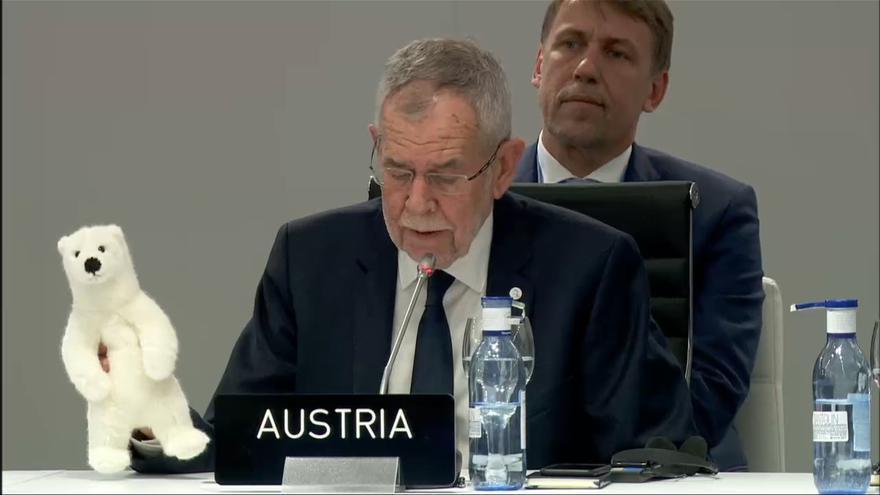 El presidente de Austria, Alexander Van der Bellen, muestra un muñeco de un oso polar durante su discurso en la COP25.