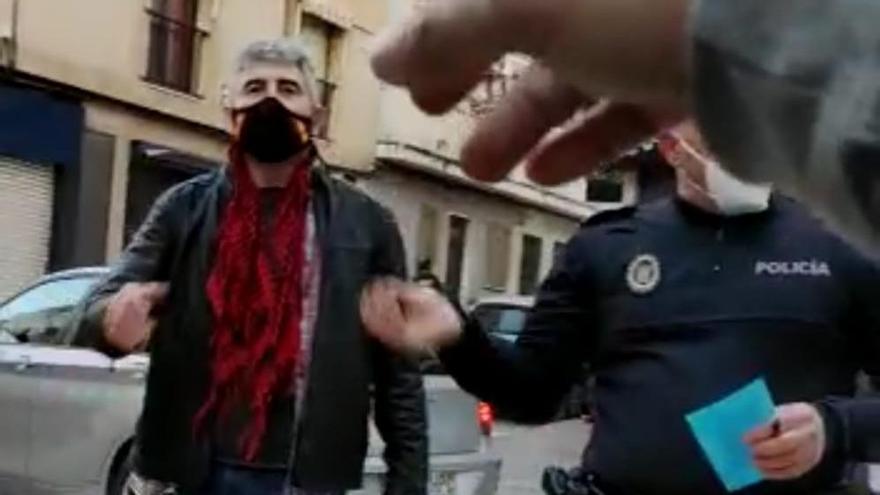 Uno de los policías arrestados por agredir a un hombre en Linares.