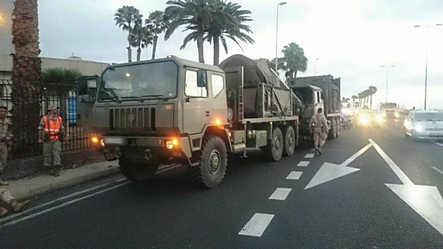 Uno de los camiones militares afectados por el accidente en la Avenida Marítima (@PoliciaLPA)