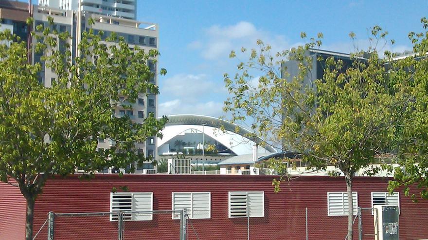 Los barracones del colegio 103 de Valencia con el Palau de les Arts Reina Sofía al fondo