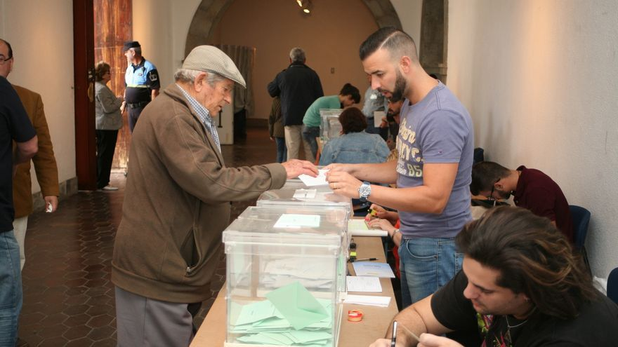 Votación en un colegio electoral de Telde.