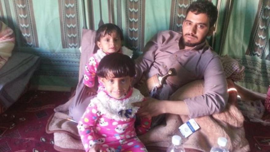 Meqdad Tuaiman junto a sus hijos. Su padre y su hermano de 17 años murieron en un ataque estadounidense en 2011 tras ir a buscar unos camellos perdidos en el desierto. Repreive.org