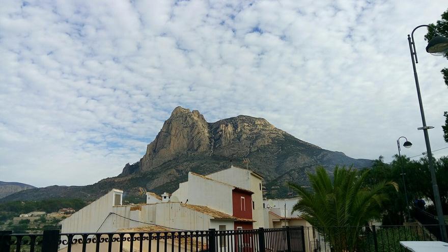 El monte Puig Campana, una de las señas del interior de Alicante, visto desde la localidad de Finestrat, en la Marina Baixa