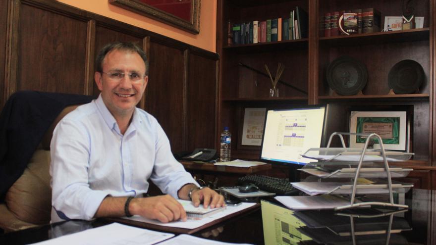 Sergio Rodríguez en su despacho del Ayuntamiento de El Paso. Foto: CLAUDIA PAIS.