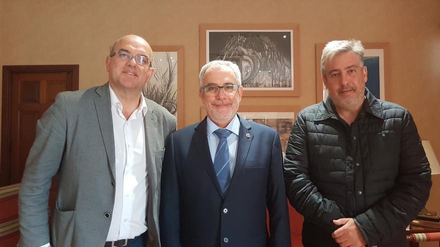 Anselmo Pestana, presidente del Cabildo de La Palma; Oscar Izquierdo, presidente de Fepeco; y Jorge González, consejero de Infraestructuras del Cabildo de La Palma.