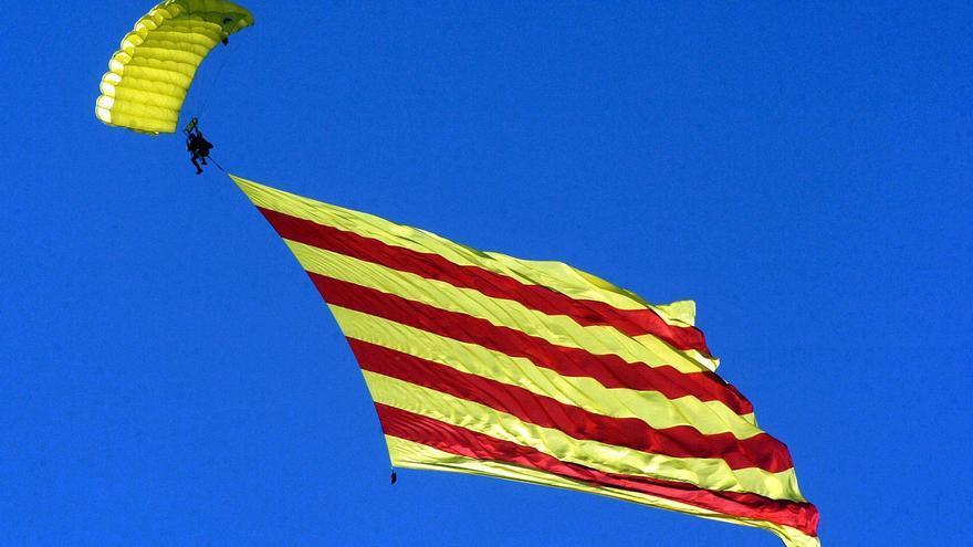 Un paracaidista con una bandera catalana con motivo de la diada de Sant Jordi. Foro: Efe.