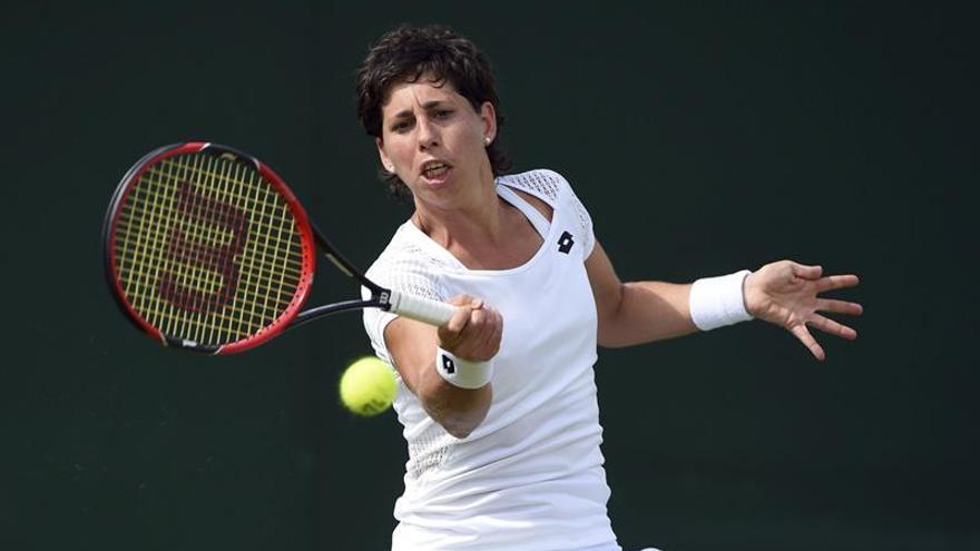 La tenista Carla Suárez devuelve la bola a la china Shuai Zhang durante su partido de primera ronda del torneo de Wimbledon en el All England Lawn Tennis Club de Londres (Reino Unido). EFE/Facundo Arrizabalaga