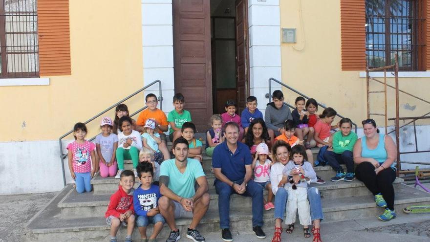 El alcalde de El Paso, Sergio Rodríguez, y la concejala de Educación y Asuntos Sociales, Ángeles Fernández, con un grupo de niños y niñas. Foto cedida por el Ayuntamiento de El Paso.