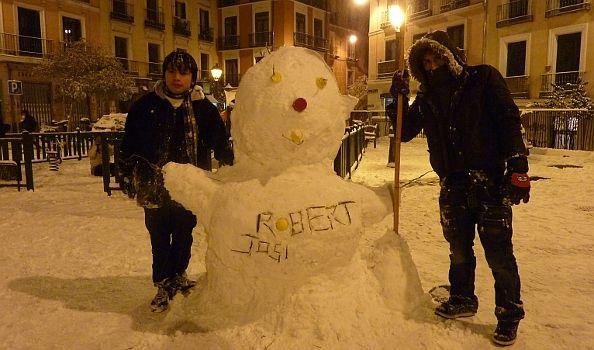 Robert y Josías con su muñeco en la plaza Juan Pujol. Tres horas tardaron en hacerlo | Foto: A.P