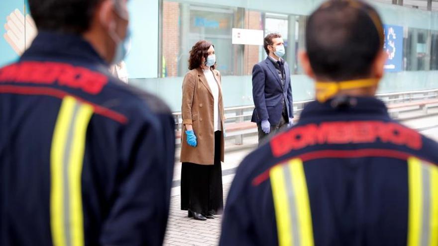 Fotografía facilitada por la Comunidad de Madrid que muestra a la presidenta de la Comunidad, Isabel Díaz Ayuso (i), y al líder del Partido Popular, Pablo Casado (d), durante su visita al hospital de campaña de Ifema, este jueves.