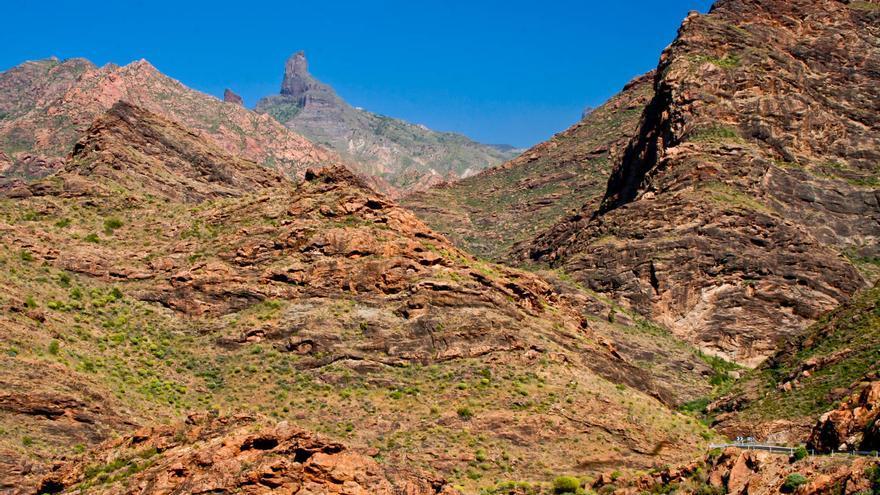El Roque Bentayga asoma entre las montañas del mazizo oeste de Gran Canaria. VIAJAR AHORA