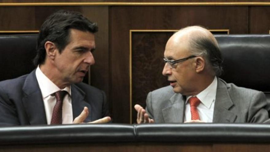 José Manuel Soria y Cristóbal Montoro, en el Congreso de los Diputados. (EFE)