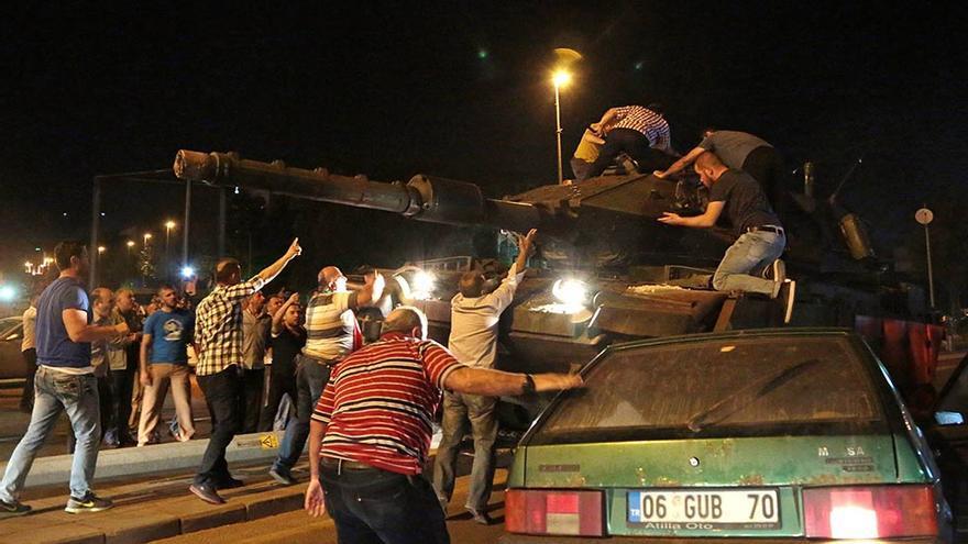 Ciudadanos turcos frenan un carro de combate