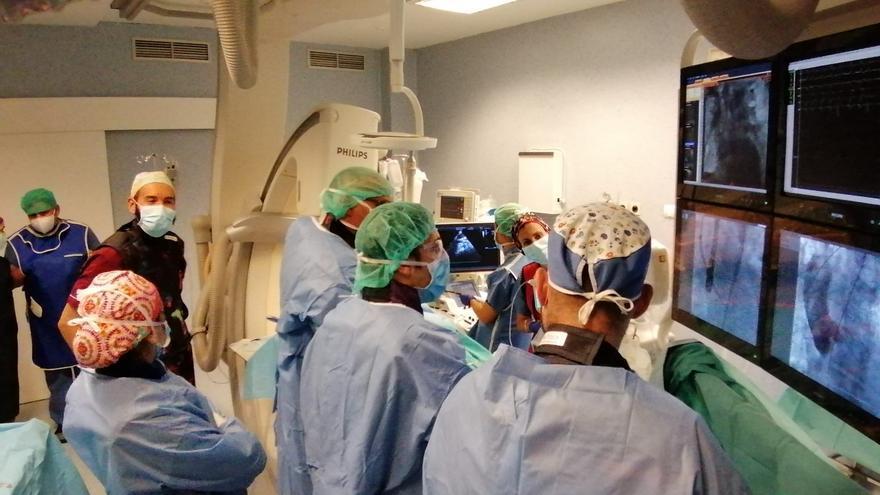 Hospitales Universitarios San Roque implanta con éxito una prótesis que facilita la salida de sangre del corazón hacia la aorta