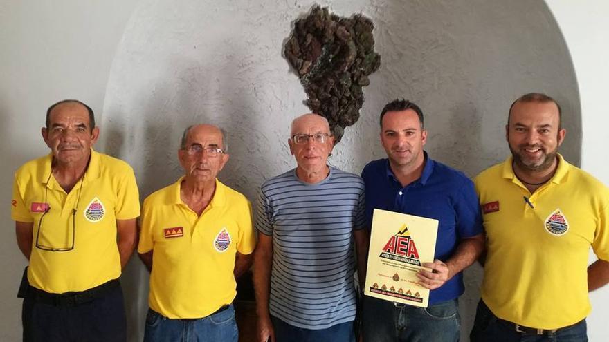 Miembros de AEA y autoridades municipales de Tazacorte.
