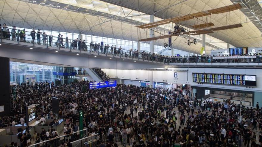 Vuelos cancelados y amenaza velada de Pekín: sube la tensión en Hong Kong