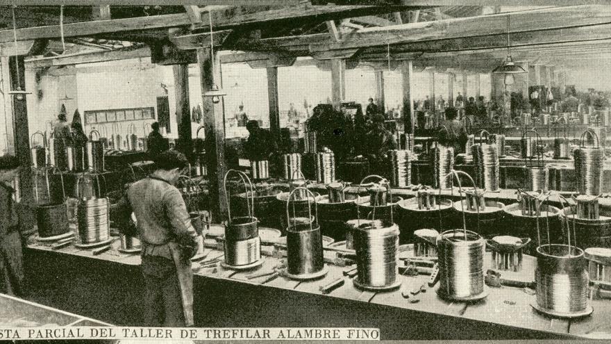 Vista parcial del taller de trefilar alambre fino en Las Forjas de Buelna. | Archivo Paulino Lagunillo / Desmemoriados