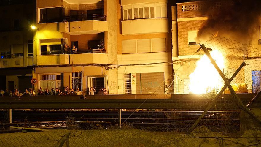 Manifestantes han incendiado contenedores en la protesta del soterramiento