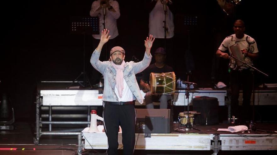El cantante dominicano Juan Luis Guerra, durante el concierto ofrecido esta noche en el Carnaval de Santa Cruz de Tenerife