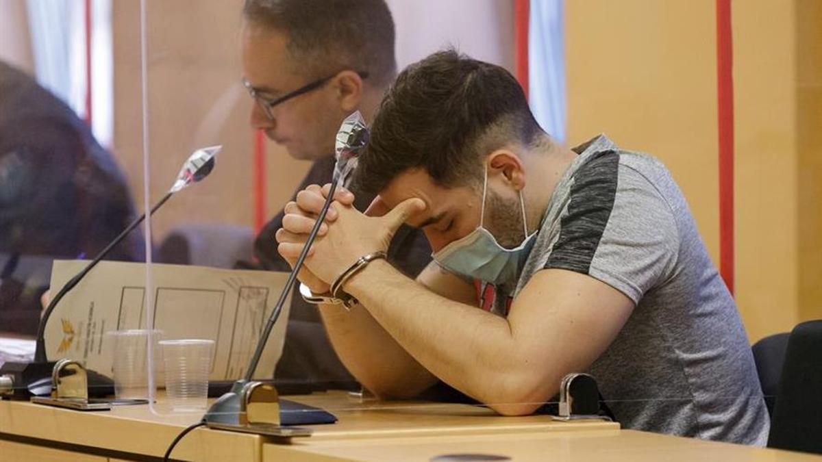 El joven acusado de matar a sus padres y a su abuelo, en una de las sesiones del juicio