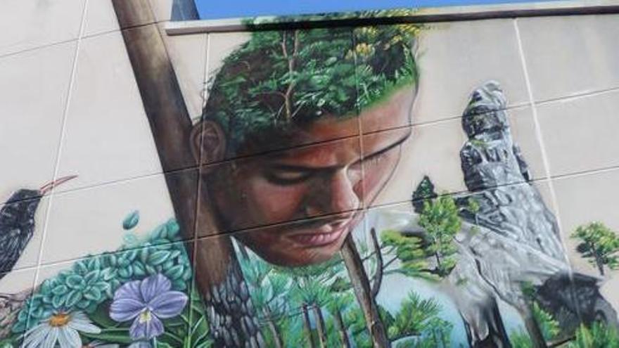 Mural, obra del artista Sabotaje Montaje, en el que se representa a Tanausú, en la  fachada de la Casa de la Cultura Braulio Martín de El Paso.