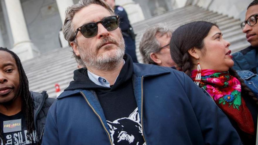Arrestan a Joaquin Phoenix y Martin Sheen en una manifestación por el clima