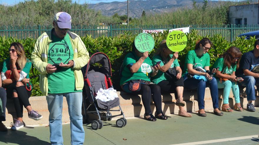 Momento de la concentración de la PAH ante una vivienda del barrio del Grau de Castelló donde estaba previsto un desahucio.