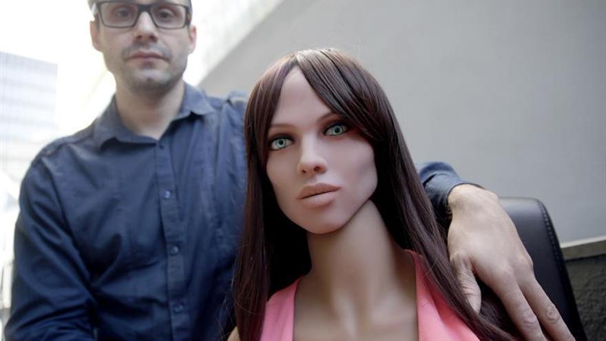 """Un científico pone """"cerebro"""" a una muñeca sexual y dice que no deshumaniza a las mujeres"""