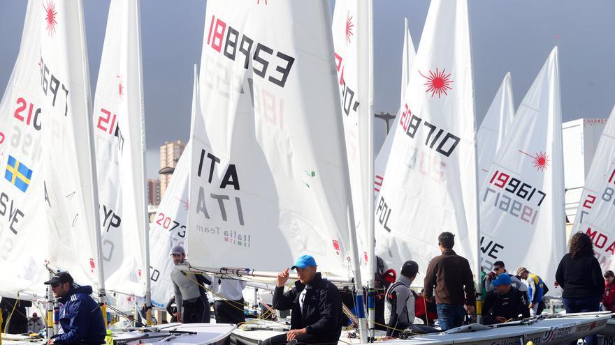 Las embarcaciones que compiten en el Europeo absoluto de la clase Láser en la bahía de Las Palmas de Gran Canaria.