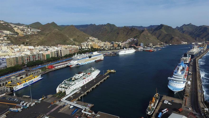 Buques para turismo en el puerto de la capital tinerfeña