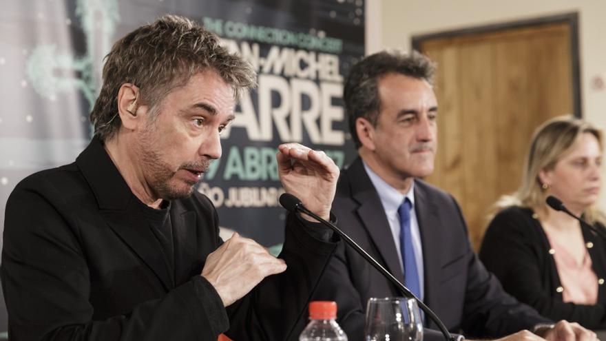 Jean-Michel Jarre en la presentación del concierto junto a Francisco Martín. | RAÚL LUCIO