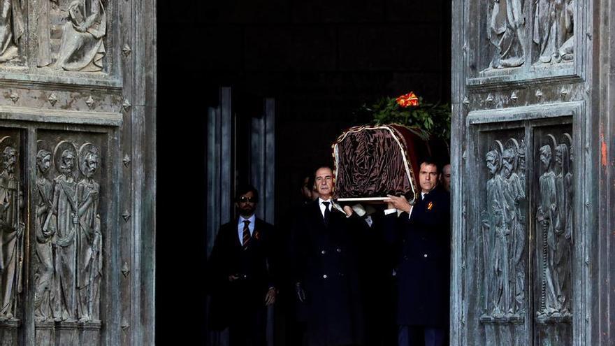 Los familiares de Francisco Franco salen de la Abadía con el féretro a hombros