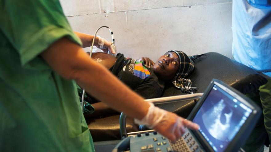 Cerca del 80% de las muertes maternas se deben estrictamente a complicaciones obstétricas que se pueden prevenir o tratar. Personal médico de MSF monitoriza a una embarazada en el Centro de Referencia de Gondama en Sierra Leona. Fotografía: Lynsey Addario/ VII.