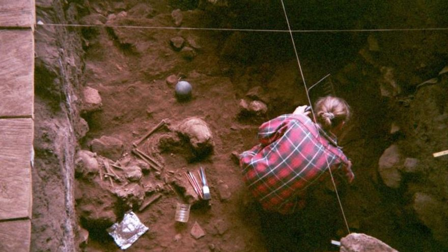 Excavación de un doble enterramiento en el refugio rocoso de Shum Laka (Camerún) que contiene los restos de dos niños que vivieron hace 8.000 años.